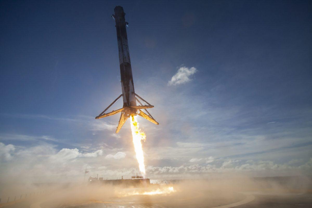Kurz vor der geglückten Landung der Falcon Rakete